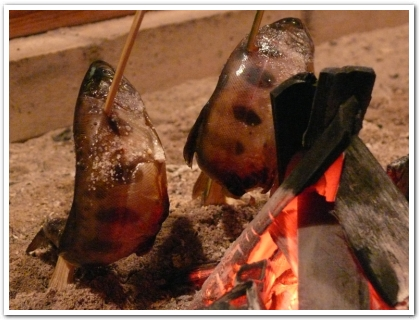 竹炭で焼く川魚